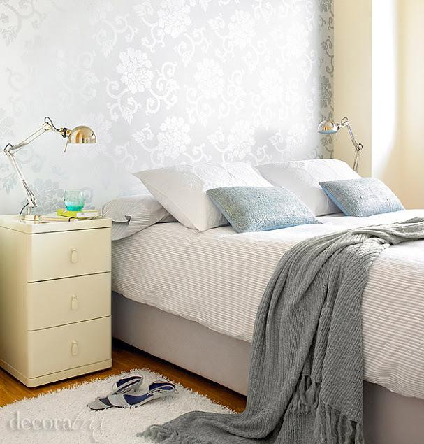 Dormitorio femenino en tonos grises - Dormitorio con papel pintado ...
