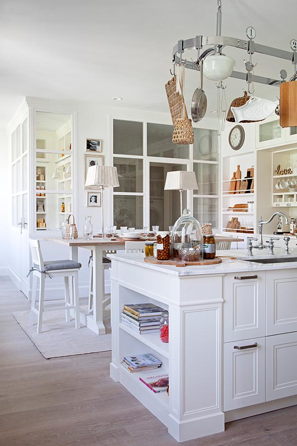 cocina con cuarto de lavado y despensa