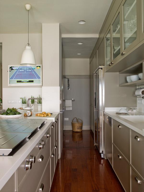 Cocina con cuarto de lavado y plancha