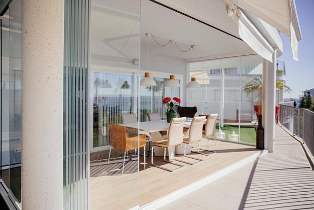 Cerramiento para terrazas con cortinas de cristal for Puertas para patio interior