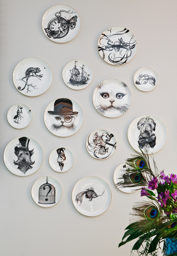 Decorar la pared con platos con rostros de animales