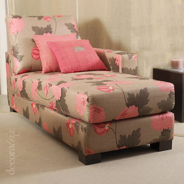 Chaise longue tapizada en seda floreada