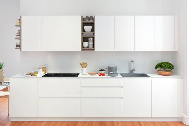 Cocina blanca con detalles de madera for Cocina blanca electrodomesticos blancos
