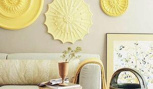Cmo decorar la pared con cuadros fotos platos espejos etc