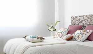 dormitorio-pequeno-decorado-en-blanco.jpg