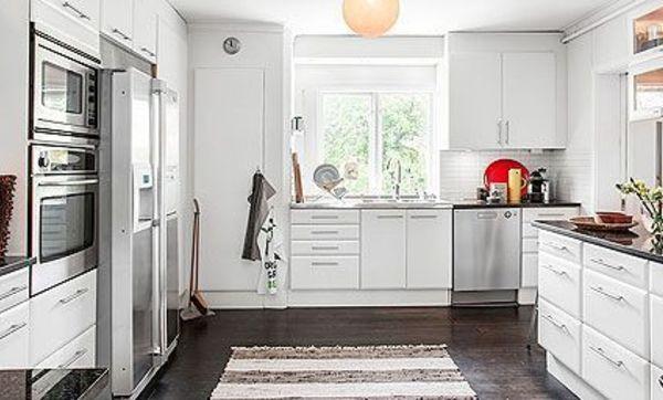 Cocina blanca bien distribuida con armarios en tres frentes for Cocina blanca electrodomesticos blancos