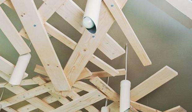 Cómo decorar el techo con tablones de madera