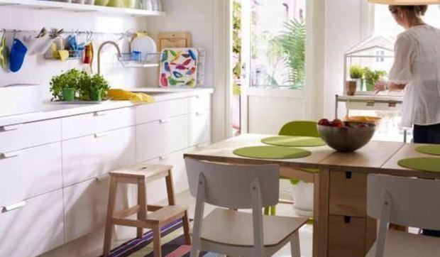Decorar cocinas blancas con notas de color que aviven su imagen