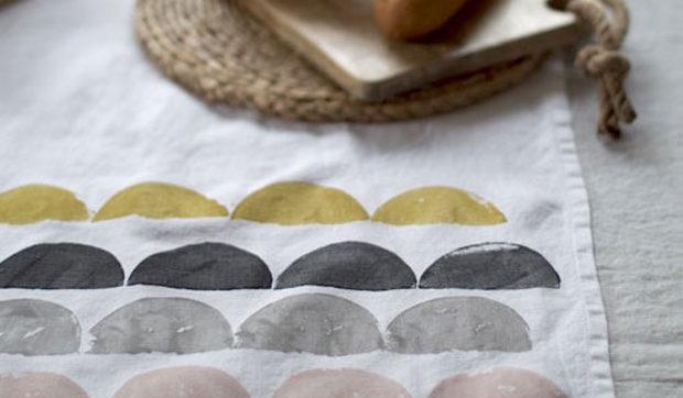 DIY en un trix: camino de mesa estampado con patatas
