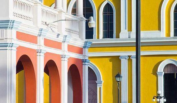 Las fachadas de colores m s bonitas del mundo i parte for Fachadas de casas con ventanas blancas