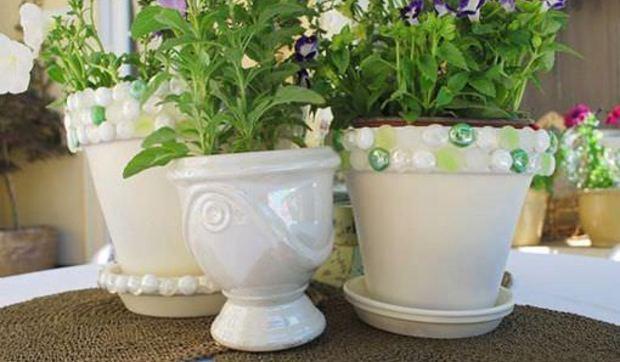 Ideas decorativas para hacer arreglos florales y con plantas for Plantas decoradas con piedras