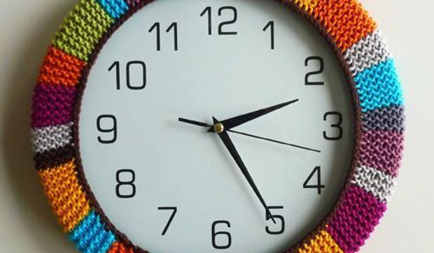Reloj de pared con funda de tricot - Relojes para decorar paredes ...