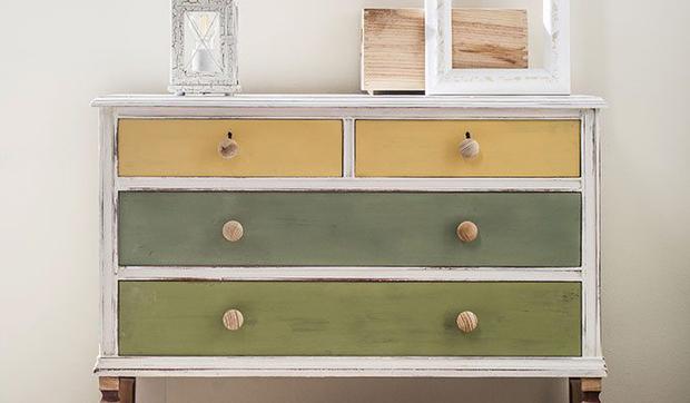 C mo renovar una c moda anticuada con pintura a la tiza - Pintura acrilica para muebles ...