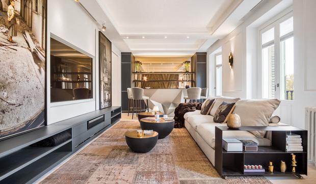 Sal n con rea de televisor chimenea y zona de bar for Salones mezcla clasico moderno