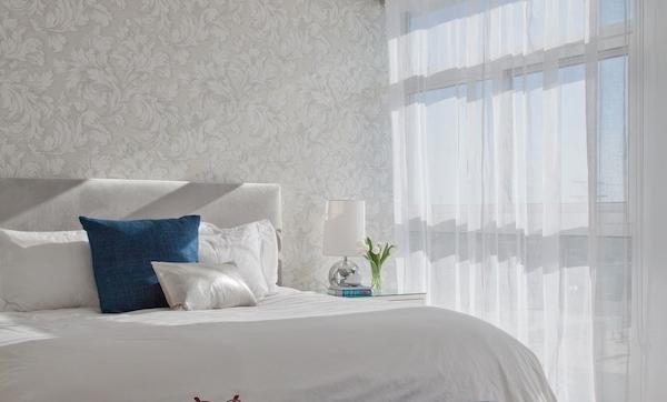 Dormitorio decorado en blanco y azul, un espacio luminoso y acogedor