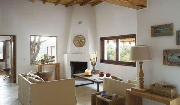 Una casa payesa en ibiza decora en blanco y arena - Como decorar una casa rural ...