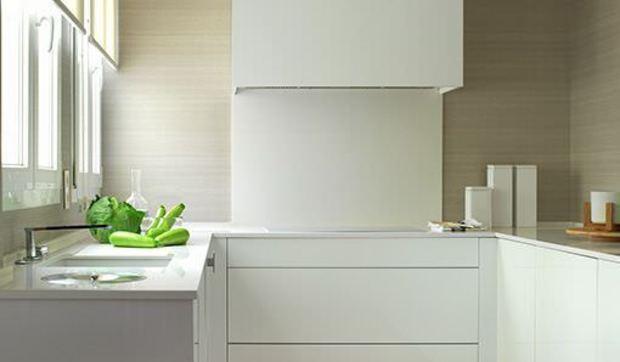 Una cocina moderna blanca y limpia