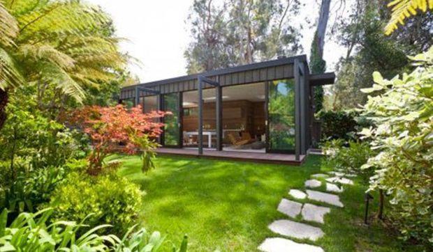 Una vivienda moderna en el jard n for Casa moderna jardines