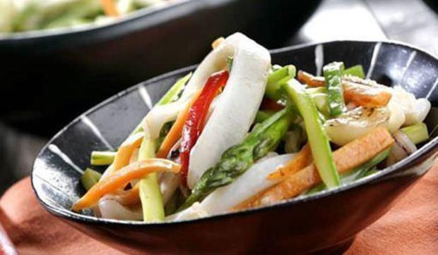 Wok de verduras y calamares